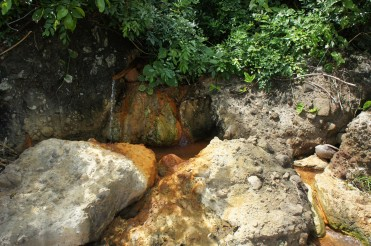 Mapaso is not just one spring. Hot springs jutting out from the side of the cliff differ in temperature and flow.