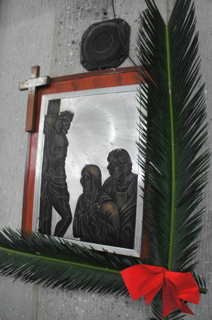 Oliba leaves with red accent for Palm Sunday  for each station of the cross frame.