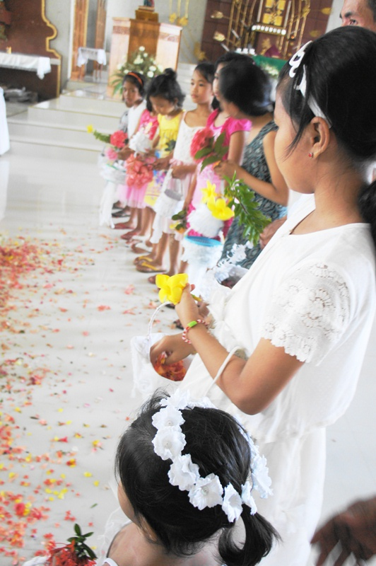 Bulusan Flores rites attract mostly girls from 4 to  10 years old. (May 10, 2014)